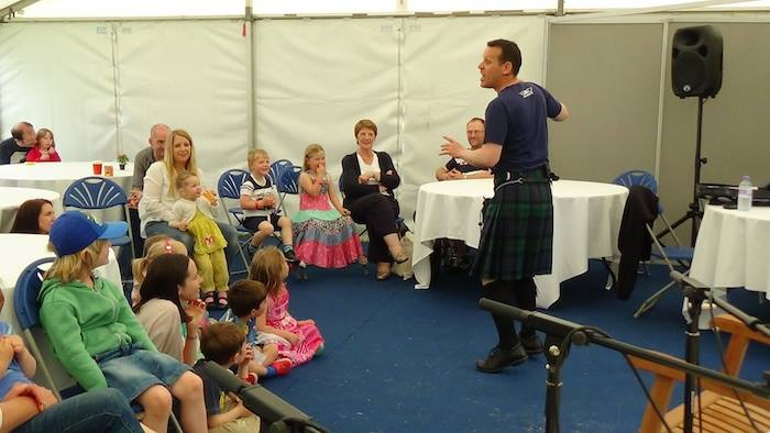 Storyteller Andy Cannon makin his magic wi the audience